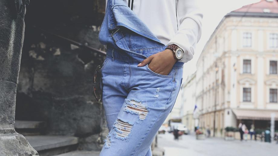 Ogrodniczki – spodnie i spódnice na szelkach w miejskim stylu