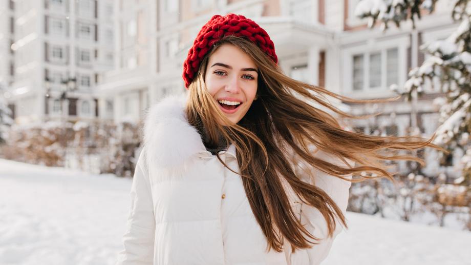 Grube sploty na czapce – do czego pasuje taki styl?