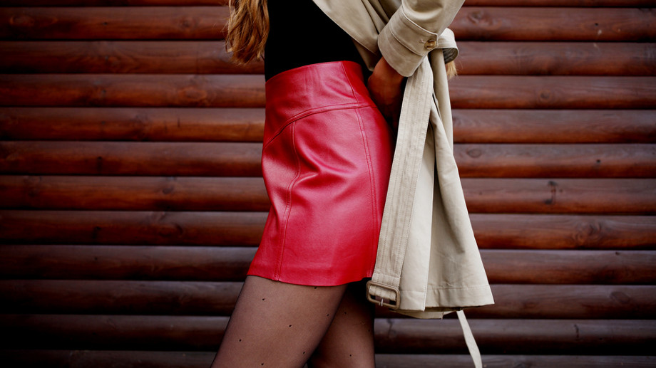Mini spódniczka na jesień – z czym ją nosić?