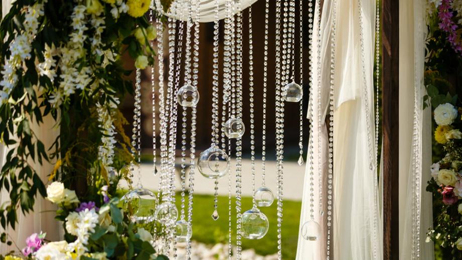 Litery, lampiony i inne pomysły na dekoracje weselne